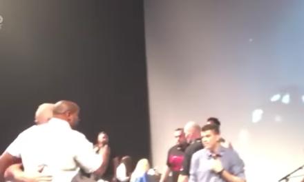 Daniel Cormier bacio flašu vode na Jon Jonesa nakon sinoćne konferencije za štampu! (VIDEO)