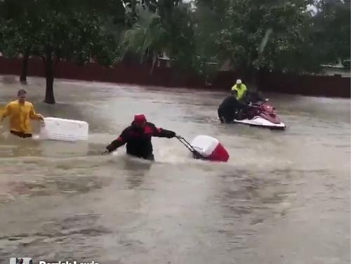 """UFC borac Derrick Lewis pomaže ljudima koji su nastradali u uraganu """"Harvey""""! (VIDEO)"""