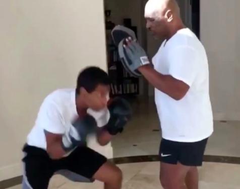 Mike Tyson drži fokusere svom sinu koji malo podseća na svog tatu iz mlađih dana! (VIDEO) p